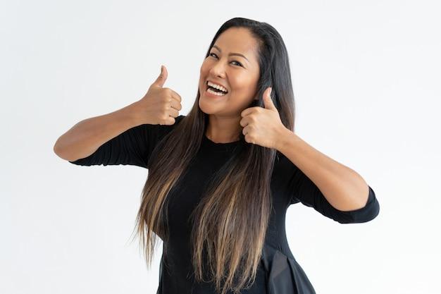 親指を現して陽気な中年の女性 無料写真