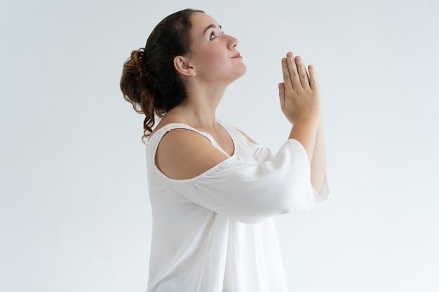 一緒に手を繋いでいると祈っている肯定的な素敵な女性 無料写真