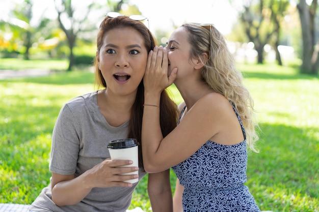 公園で驚いた女友達への秘密のささやき女 無料写真