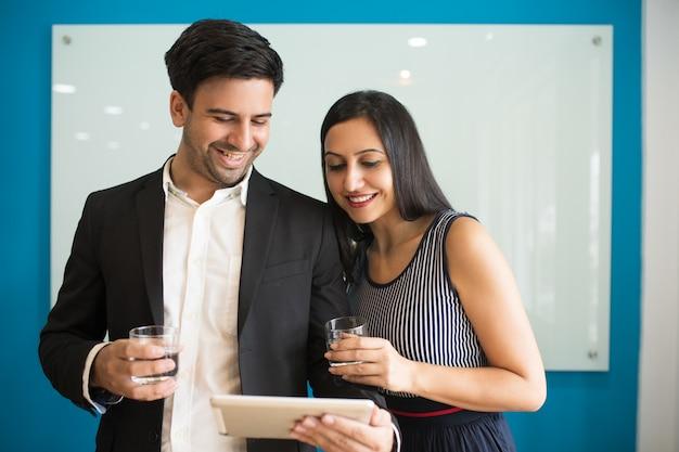 市場のニュースを読んで陽気な楽観的な同僚 無料写真