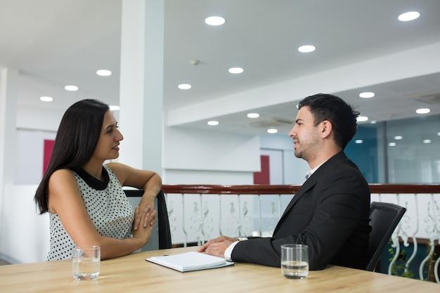 Довольные деловые партнеры уверенно обсуждают новый проект Бесплатные Фотографии