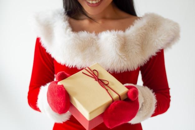 サンタの衣装と赤いミトンで微笑んでいる女の子 無料写真
