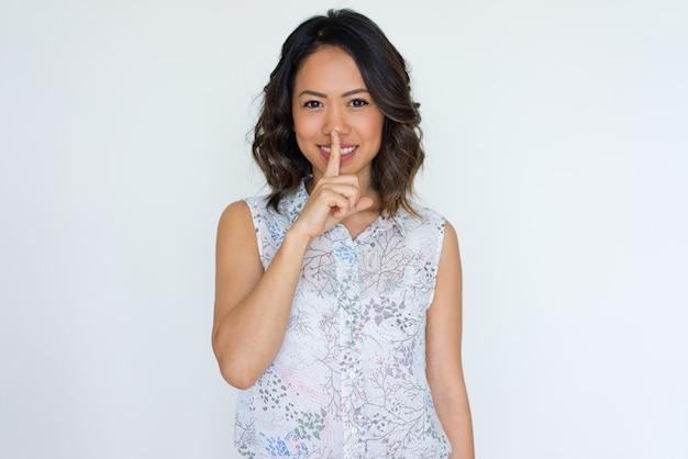 Радостная азиатская девушка держит в секрете Бесплатные Фотографии