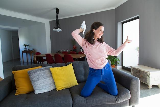 陽気な中年の女性が音楽を聴くとダンス 無料写真