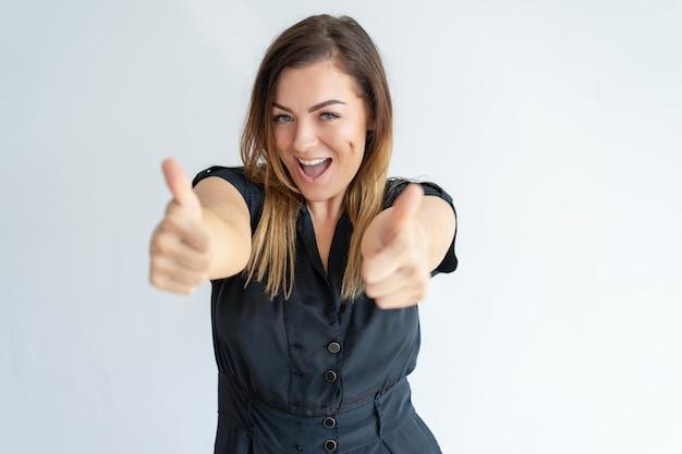 親指を現して、カメラ目線の興奮している女性 無料写真