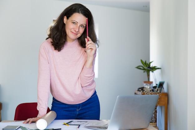彼女の職場での肯定的な自信を持って建築デザイナー 無料写真