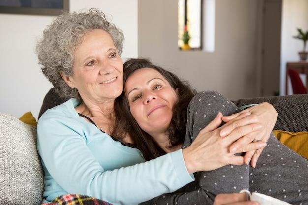 最愛の娘とのレジャーを楽しんでいる年配の女性の笑顔 無料写真