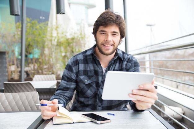 ポジティブな学生がインターネットをサーフィン 無料写真