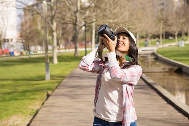ランドマークを撮影興奮して観光客の笑顔 無料写真