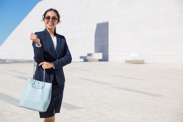 彼女のオフィスに向かって幸せなエレガントなビジネス女性 無料写真
