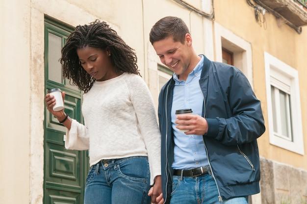 陽気な若いミックスレースのカップルが屋外で歩く 無料写真