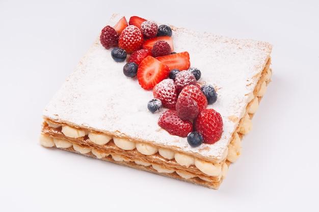最上層に粉砂糖をおいしいベリーケーキのクローズアップ 無料写真