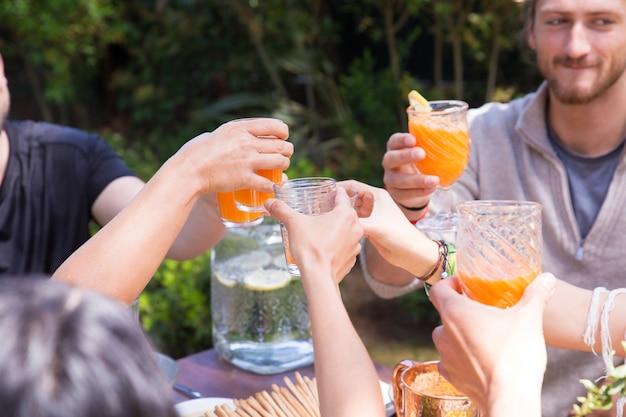 オレンジジュースと素晴らしく眼鏡を手のクローズアップ 無料写真