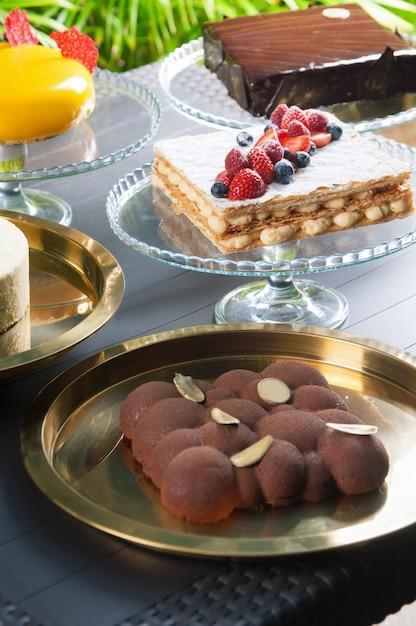 テーブルの上の様々なケーキのコレクション 無料写真