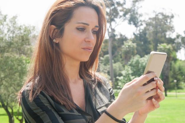 美しい女性のテキストメッセージを集中 無料写真