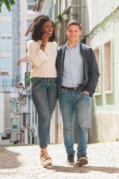 散歩を楽しんで幸せな白人男 無料写真