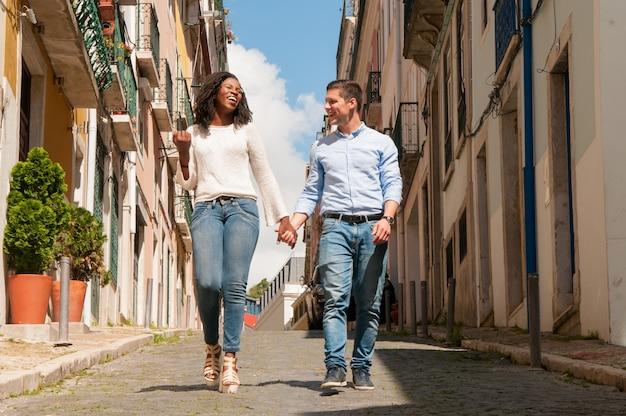 幸せな陽気なミックスは、観光客のカップルを競いました 無料写真