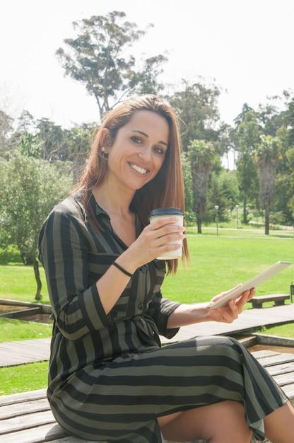 タブレットを使用して幸せな陽気な女 無料写真