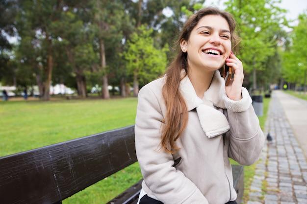 面白い電話を楽しんで幸せなうれしそうな女の子 無料写真