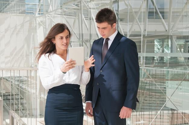 女性のタブレット上の男性データを表示、驚いた女性 無料写真