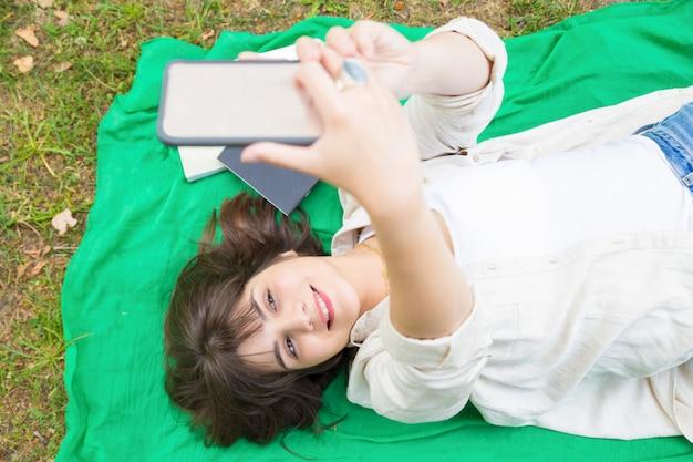 Радостная расслабленная студентка стреляет в себя Бесплатные Фотографии