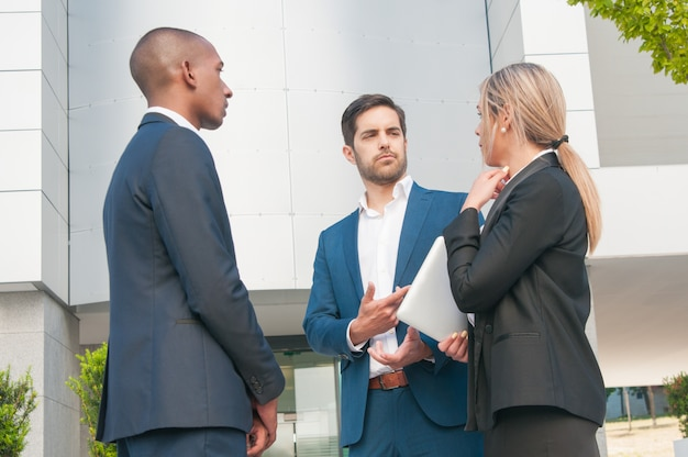 Бизнес коллеги разговаривают друг с другом Бесплатные Фотографии