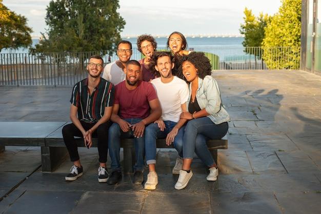 陽気な幸せな多民族の男性と女性のグループの肖像画 無料写真