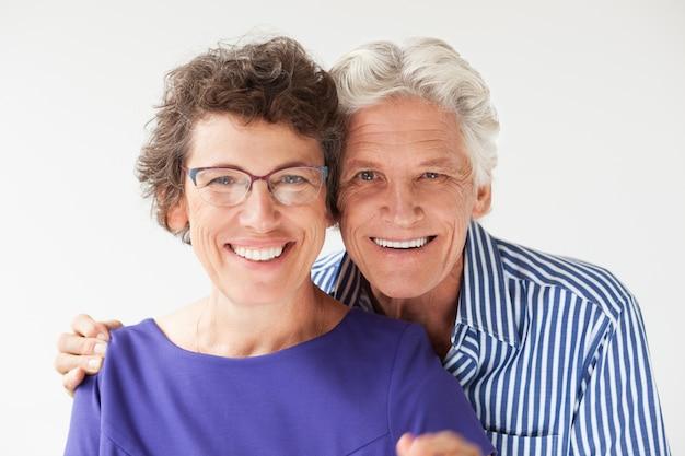 妻の笑顔シニア男抱きしめるのクローズアップ 無料写真