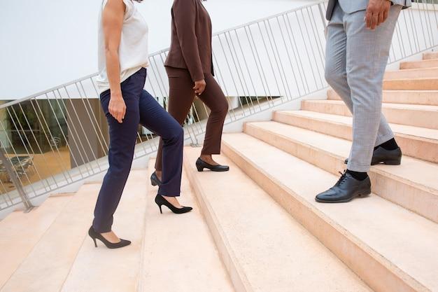 Обрезанный снимок деловых людей на ступеньках Бесплатные Фотографии