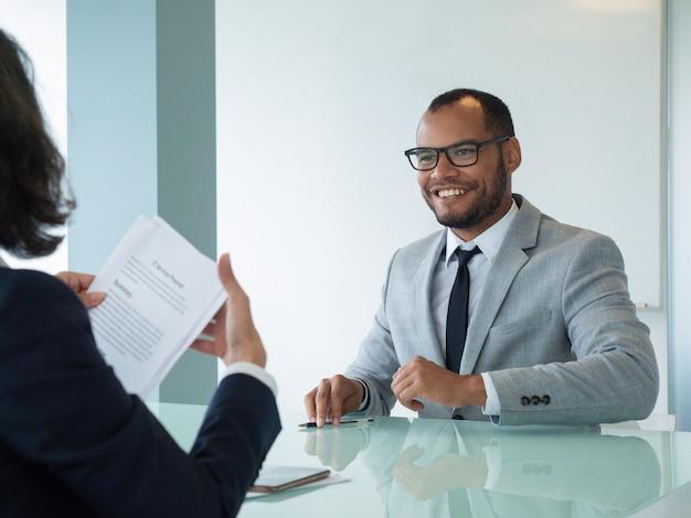契約に満足して幸せなビジネスマン 無料写真