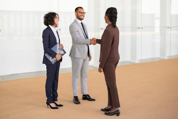 お互いに挨拶する幸せなビジネスパートナー 無料写真