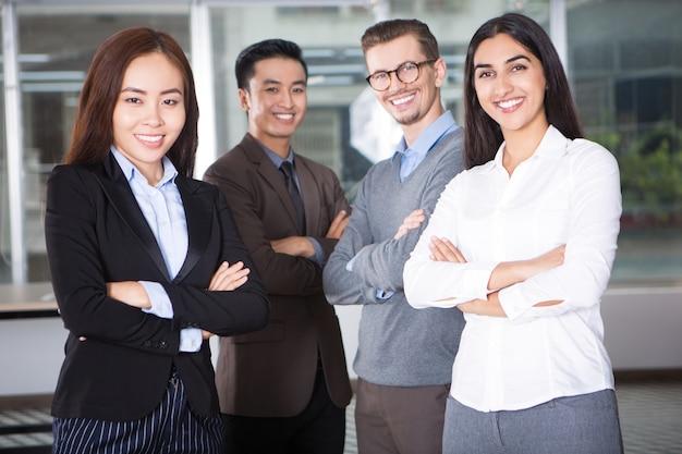 四人の幸せな若いビジネスチーム 無料写真