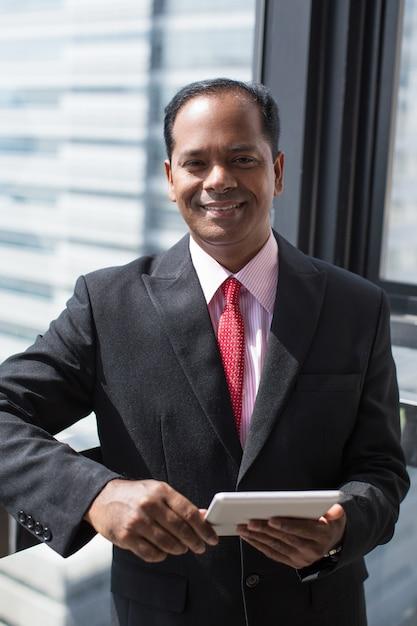 成功したインドのビジネスマン、デジタルタブレット 無料写真