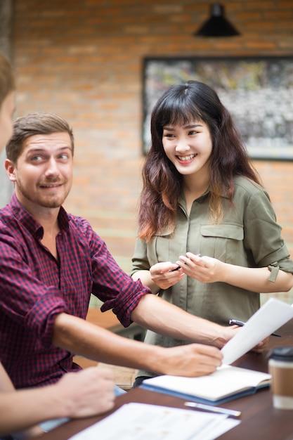 カフェで働く笑顔のビジネスチーム 無料写真