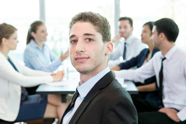 自信のある男が会社の役員に参加する 無料写真