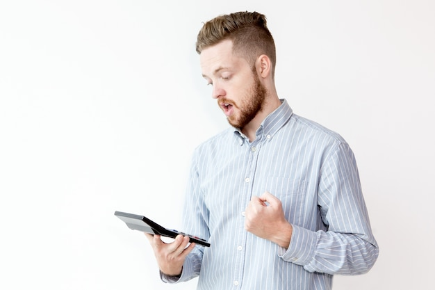 電卓を見ている衝撃的な男の肖像 無料写真