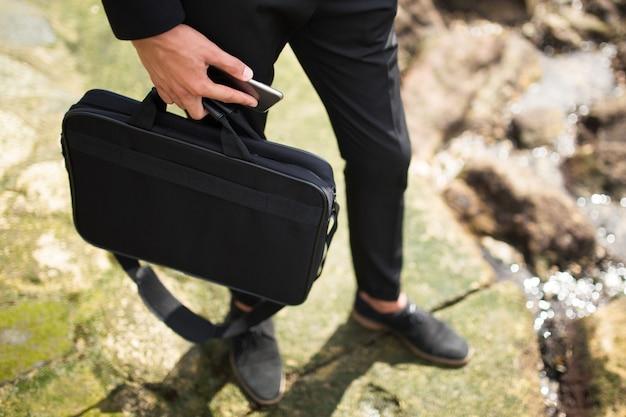 Бизнесмен, проведение портфель и телефон Бесплатные Фотографии