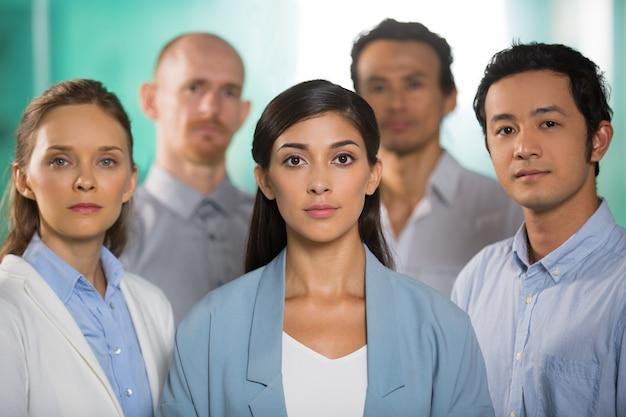 Пять успешных серьезные уверенность деловых людей Бесплатные Фотографии