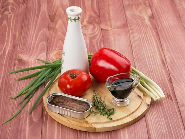 食物。静物。野菜と魚の缶詰のセット Premium写真