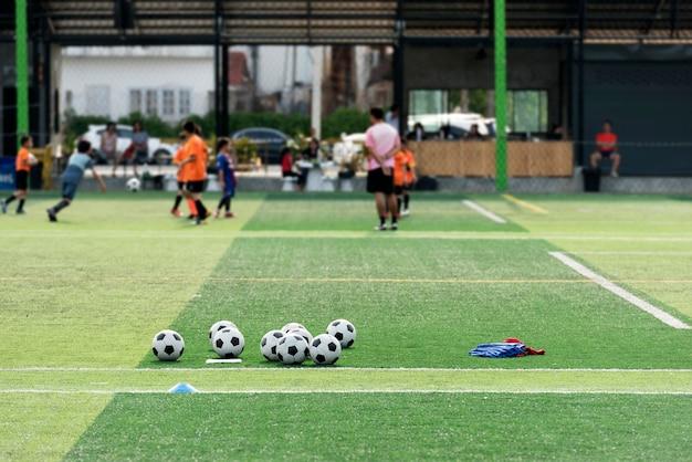 緑のサッカー場でトレーニングボール Premium写真