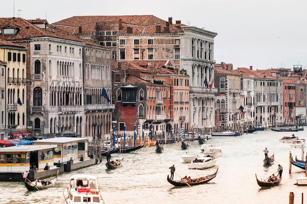 Вид на венецию с моста риальто Premium Фотографии