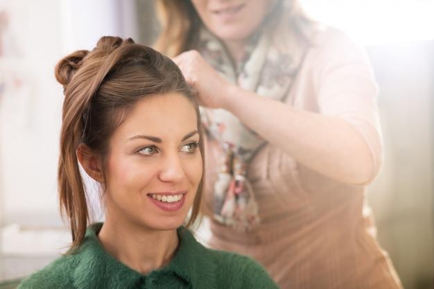 女性の美容室で髪型を準備 Premium写真