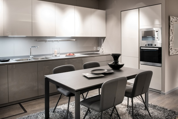 モノクロのグレーと白のキッチンインテリア Premium写真