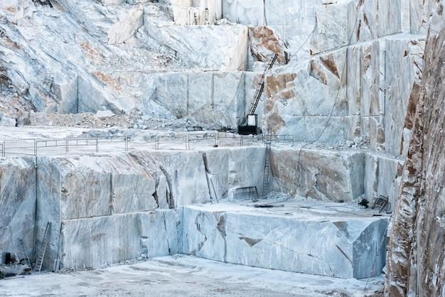 Открытый карьер с белым каррарским мрамором Premium Фотографии