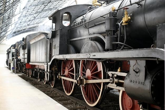 鉄道駅に立っている古い機関車 Premium写真