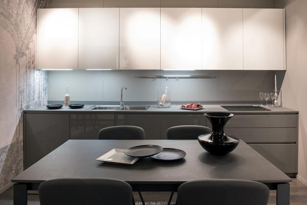 コンパクトでモダンなグレーとホワイトのキッチン Premium写真