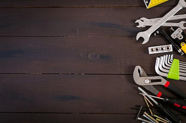 木製の素朴な背景の作業ツール。上面図。コピースペース Premium写真