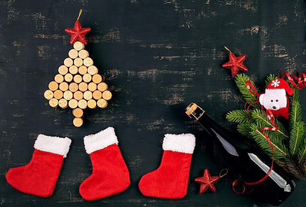 ワインのコルクとシャンパンのボトルで作られたクリスマスツリーと正月飾り。クリスマスの背景。上面図。 Premium写真