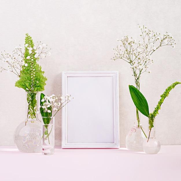 フレームとフラスコの花と植物。花瓶の美しい花。 Premium写真