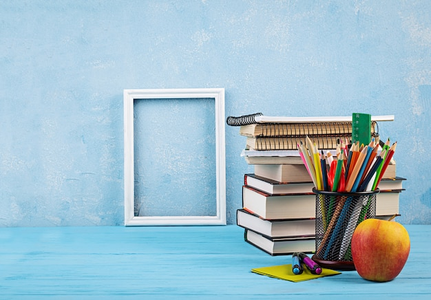 Набор красочных школьных принадлежностей, книг и тетрадей. канцелярские принадлежности. Premium Фотографии